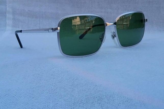 แว่นตาทองขาว-เจ้าบุญทุ่ม 14K สัดส่วนทองคำบริสุทธิ์ 58.33% อุ๊ต๊ะ หายาก! 'เดซิล' อิตาเลียนแฮนด์เมดทศวรรษ 1960's โมเดลอมตะ 'สี่เหลี่ยมผืนผ้า-คลาสสิค' เลนส์กระจกคริสตัล 'สีเขียวธรรมชาติ' Vintage DESIL handmade in the 1960's in Italy - Truck2Hand.com