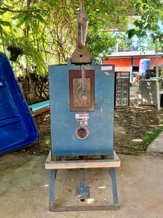 ตู้อาร์คเหล็ก  ขนาดตู้ 58x95x120 ซม.ใช้ไฟ 220v เสียบไฟเข้าใช้ได้ แต่ไฟออกไม่แรง สายช่างเอาไปซ่อมเพิ่มค่ะ  สภาพดีตามภาพ  ราคา 5,000 บาทไม่รวมส่งค่ะ - Truck2Hand.com